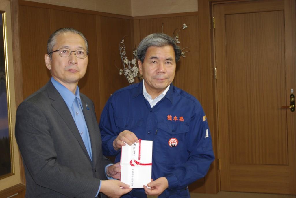 神津会長から、連合の仲間の皆さんからお預かりした義援金1億円の目録を蒲島熊本県知事に手渡した。